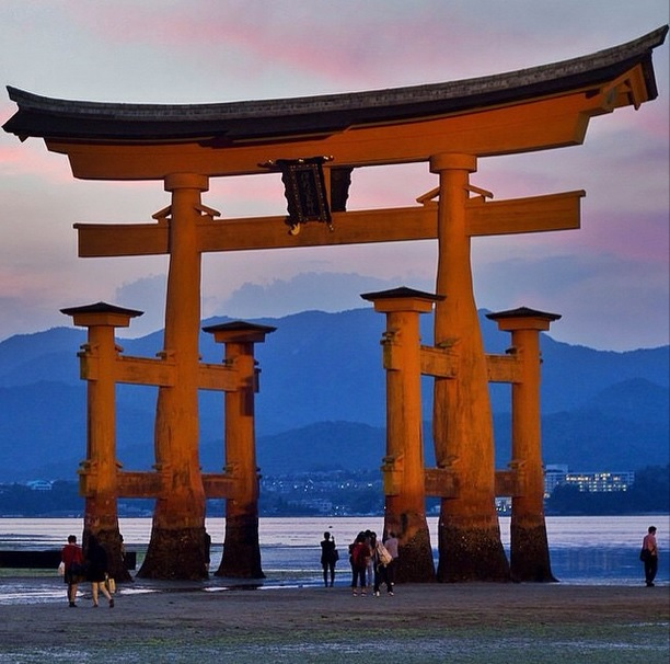 Le célèbre #Torii à #Miyajima, au moment où le soleil s'en va se coucher ...