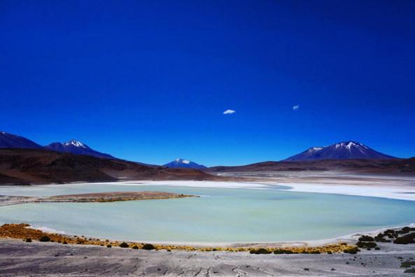 Photo d'une lagune dans le desert d'atacama au chili en pvt