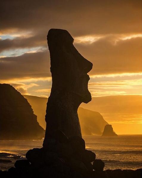 Photo d'une statue de l'ile de paques au coucher du soleil au chili
