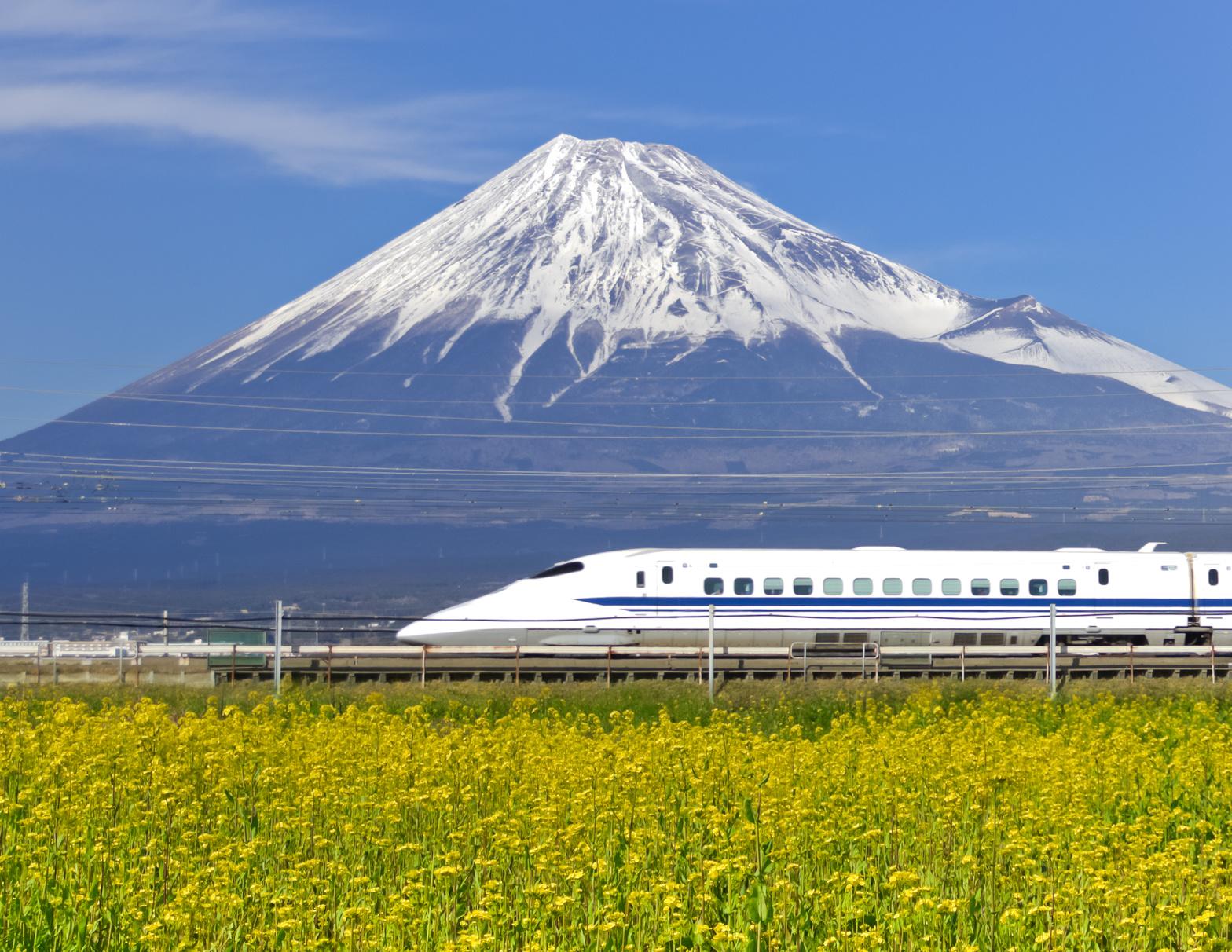 Photo d'un shinkansen devant le mon fuji, un incontournable en WHV Japon