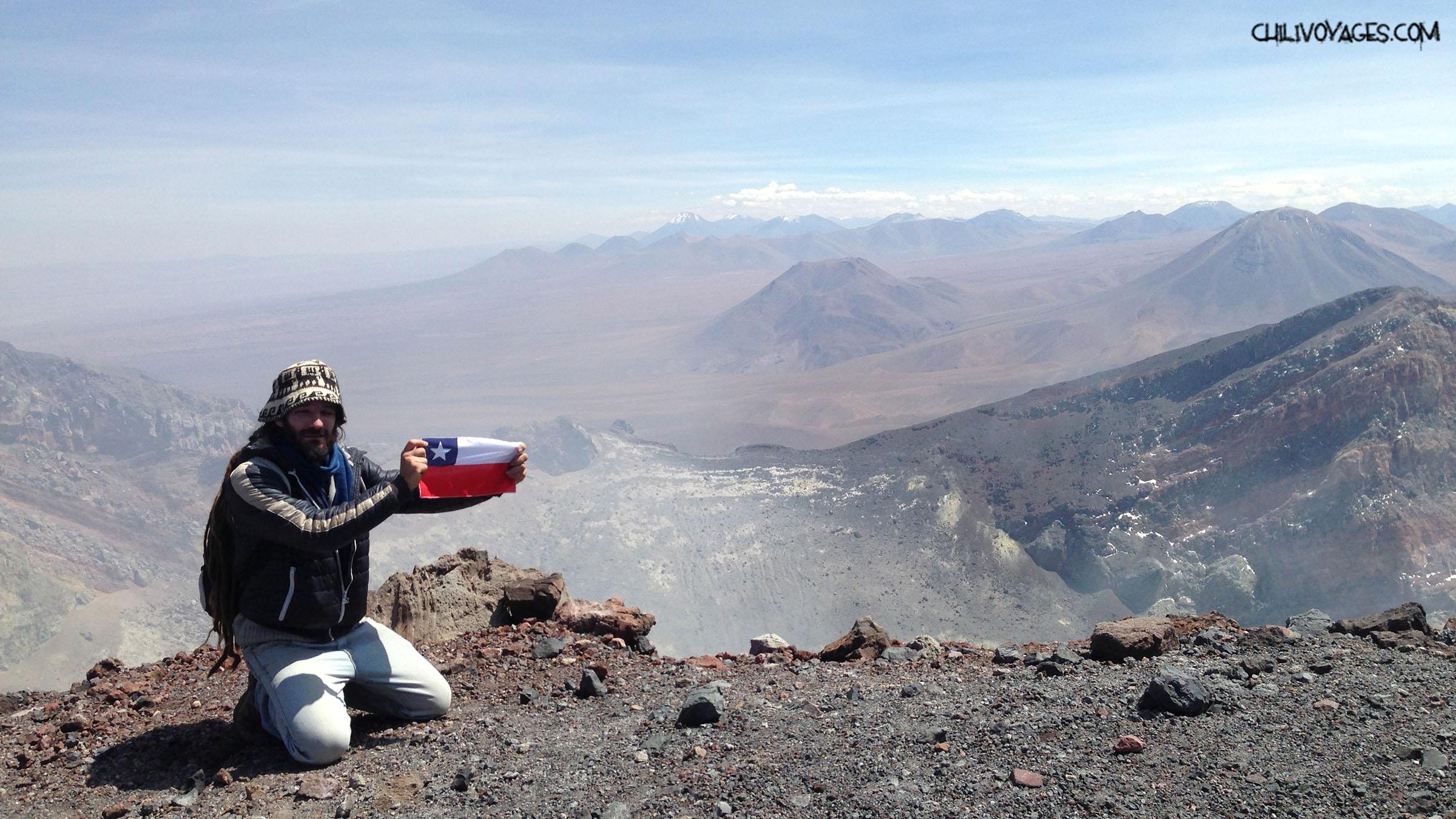 Photo d'un alpiniste en haut d'un volcan lors d'un pvt au chili