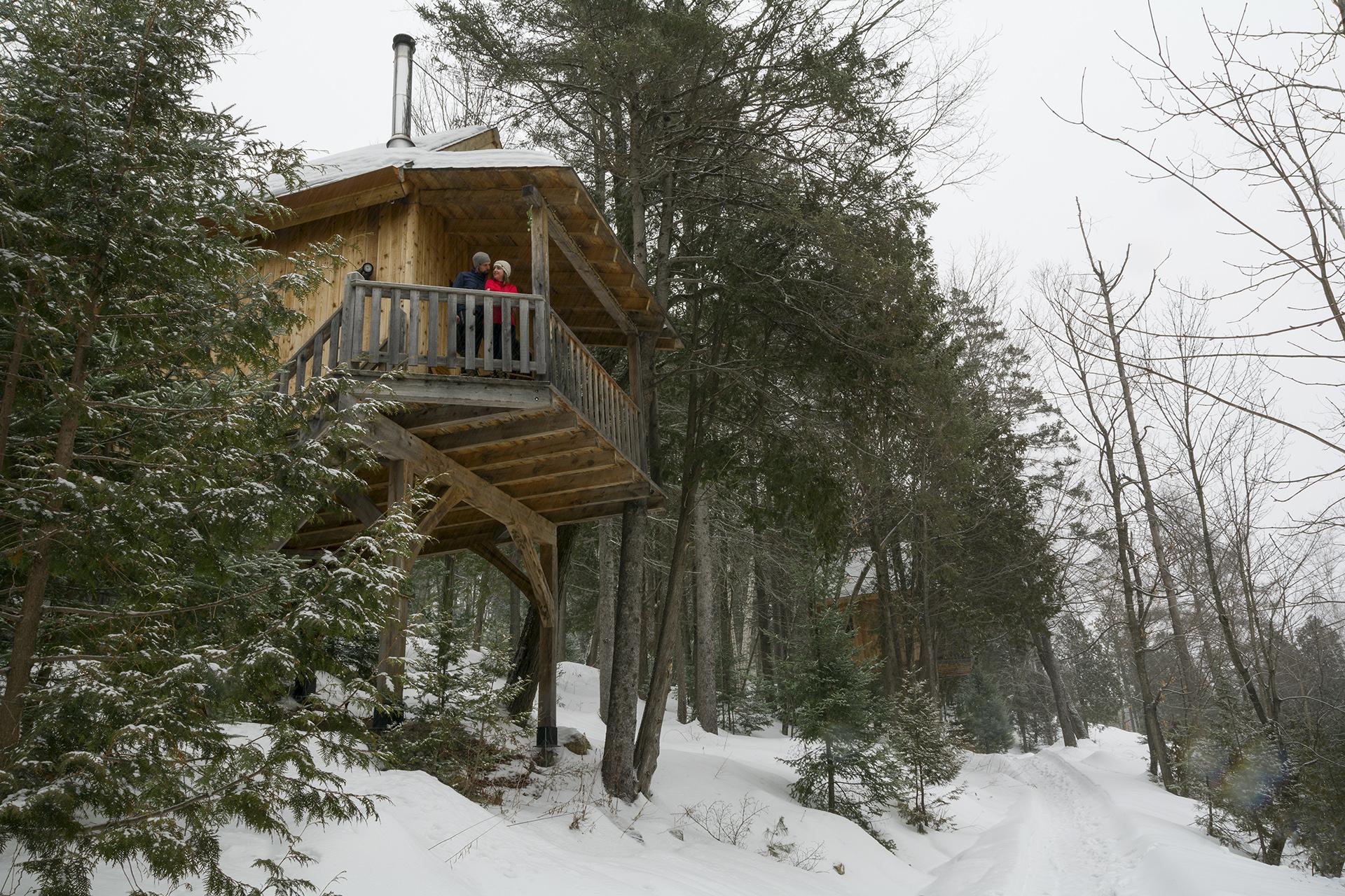 cabane dans les arbres dans les Laurentides au Canada