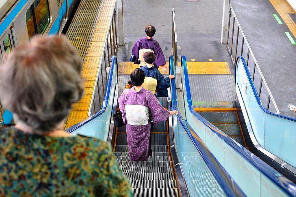Des femmes en kimono dans le metro japonais