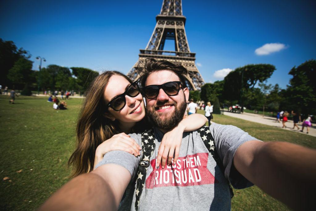 deux voyageurs en WHV France devant la Tour Eiffel
